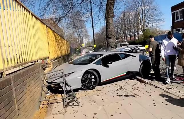 Lamborghini Huracan rusak parah setelah menabrak pagar di London, Maret 2019. (FOTO/Autoevolution)