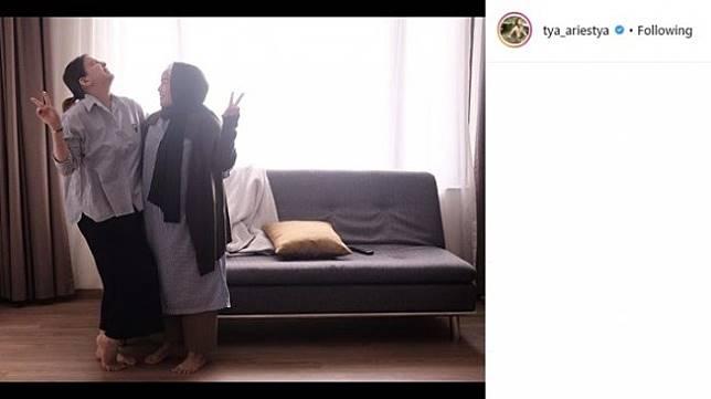 Tya Ariestya ketika menemani ibunya di rumah sakit (Instagram/@tya_ariestya)