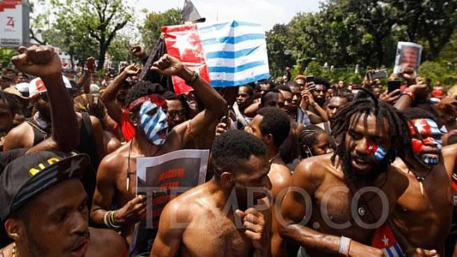 Ratusan massa Aliansi Mahasiswa Anti Rasisme, Kapitalisme, Kolonialisme dan Militerisme melakukan aksi solidaritas untuk West Papua di Markas TNI AD menuju Istana Merdeka, Jakarta, Kamis 22 Agustus 2019. Dalam aksinya massa menyerukan kepada pemerintah agar memberikan hak menentukan nasib sendiri untuk mengakhiri rasisme dan penjajahan di bumi West Papua. TEMPO/Subekti.