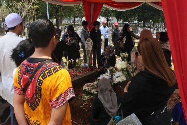 Antusias masyarakat berziarah ke makam BJ Habibie, Bapak Kebebeasan Pers Indonesia di Taman Makan Pahlawan Kalibata, Jakarta Selatan