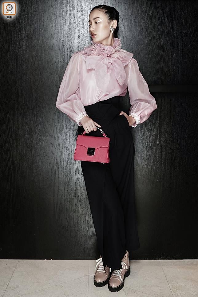 粉紅色束頸恤衫、黑色長褲、杏色短靴、桃紅色手袋(張群生攝)