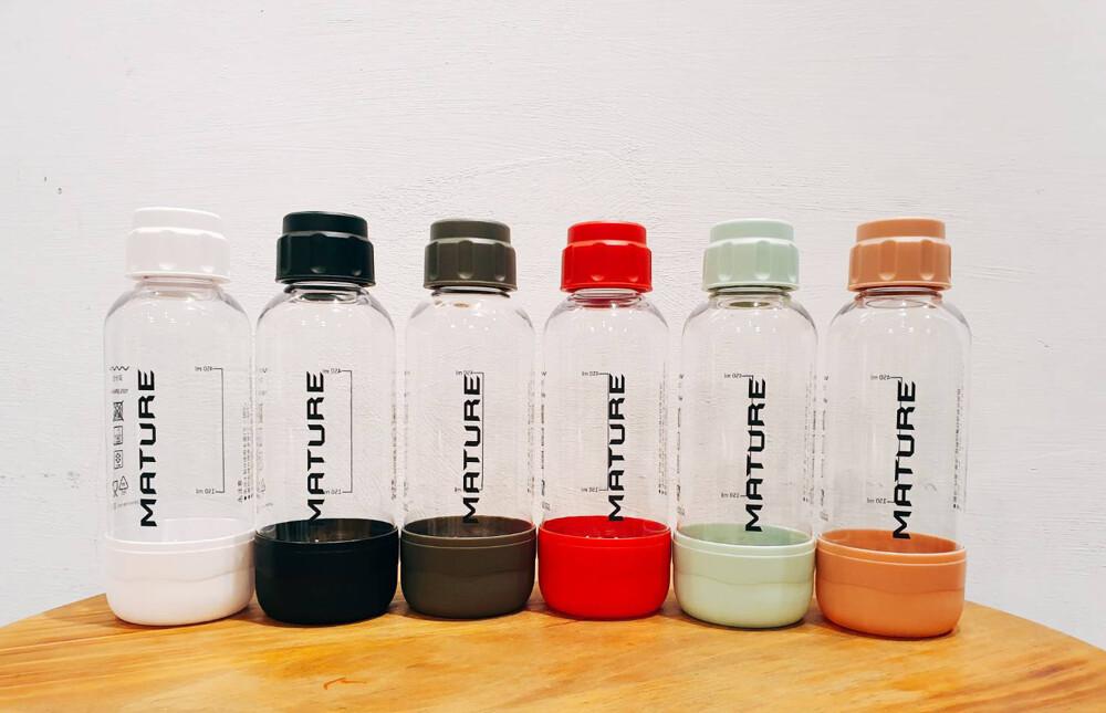 mature美萃 氣泡水機 水瓶 *商品規格* 材質:pet 食品級 容量: 500ml(1入) 高度: 21 cm 直徑: 7.5 cm 重量:空瓶 115g 瓶口直徑:3 cm *注意事項* 1.