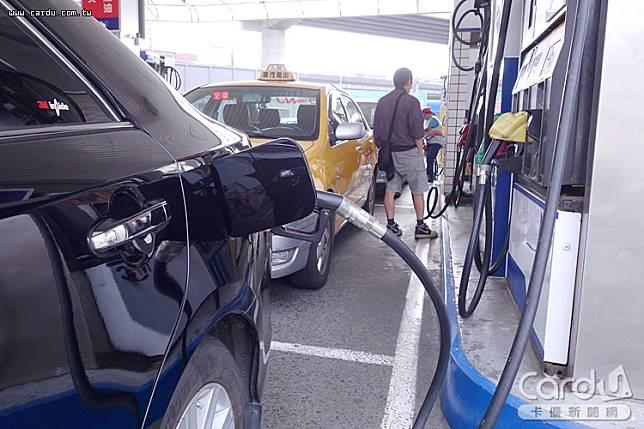 汽柴油價格連3週下跌,累積降幅為1.1、1.5元,更創下今年1月21日以來9個月新低價(圖/卡優新聞網)