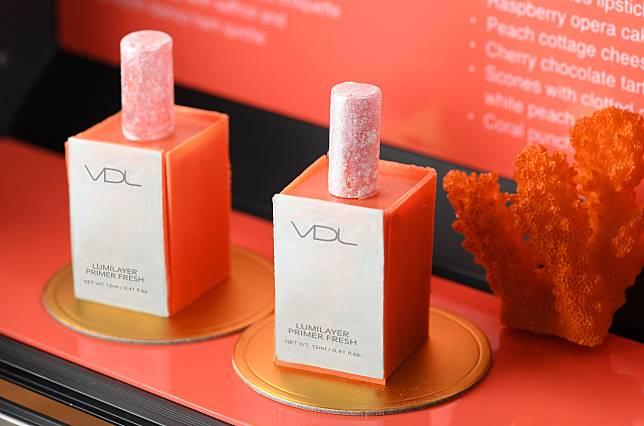 下午茶附送品牌皇牌底妝產品一套,包括貝殼提亮妝前乳、專業霧面絲絨唇膏4色唇卡、Pantone 2019電話托以及化妝品優惠劵,價值$210。