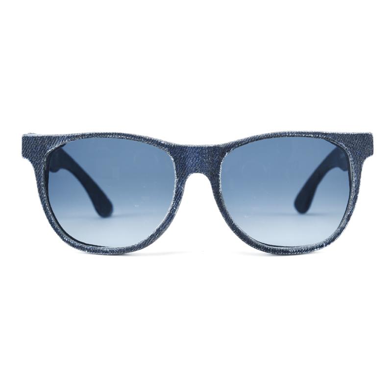 """產品特色 超獨特單寧墨鏡,經典時尚 英國全手工製造,採用德國 Zeiss偏光鏡片 無論什麼臉型都適合的百搭造型 單寧與樹脂疊層,創造出堅固的""""Solid Denim"""",在擁有美感同時也有質感 產品介紹"""