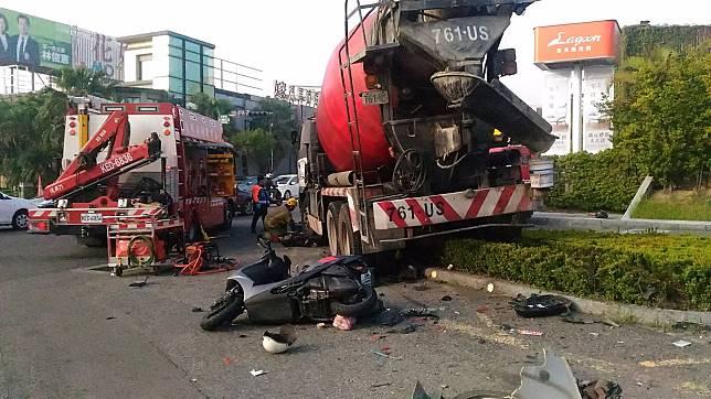 台南市東區裕義路,今天清晨發生一輛預拌混擬土車失控衝撞機車騎士,一名男騎士當場被壓在預拌混擬土車左前輪下方。記者黃宣翰/攝影