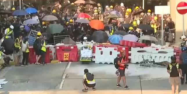 示威者在場設置水馬陣。