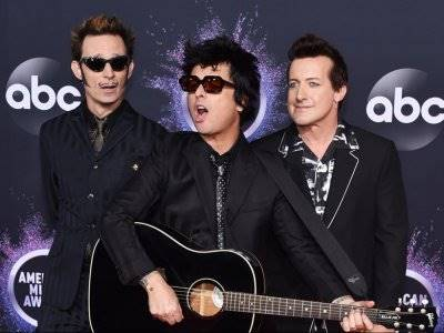 "Vokalis Green Day Ungkap Alasan Memilih Judul ""Father of All…"""