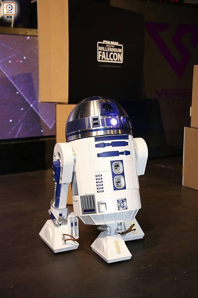 同場加映:發布會R2-D2電動機械人神秘現身,據知比例為1:2,並可以手機控制移動方向及伸出不同機關手臂,售價及推出日期待定,叫人期待。(張錦昌攝)