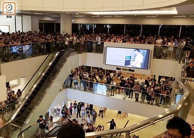 高峰期有逾千名市民聚集於客戶服務台附近樓層。(朱先儒攝)