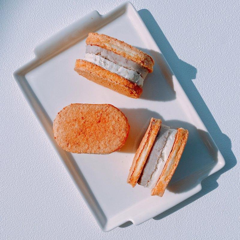 這款芋泥奶油達克瓦茲,是採用現在盛產的芋頭手工打餡,不加任何的香精和色素,呈現出芋頭本身迷人的滋味,搭配上了滑順的奶油,超有誠意的內餡,吃一個就很滿足!!!
