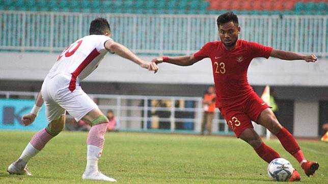 Pesepak bola timnas U-23 Indonesia Saddil Ramdani (kanan) menguasai bola dengan dikawal pesepak bola U-23 Mohamad Mehdi Mehdikhani (kiri) dalam laga persahabatan di Stadion Pakansari, Cibinong, Bogor, Jawa Barat, Sabtu, 16 November 2019. ANTARA