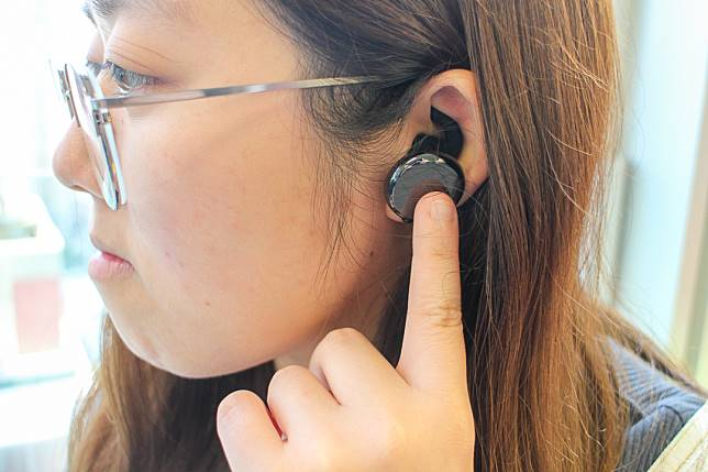 記者操作耳機時,發現觸控板反應稍為遲緩,而且容易誤按。