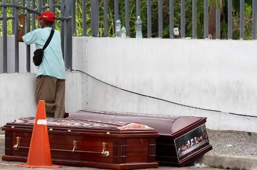 ชาวเอกวาดอร์ต้องใช้กล่องกระดาษแข็ง บรรจุศพแทนโลงไม้ ที่ขาดตลาดขณะนี้ Enrique Ortiz / AFP