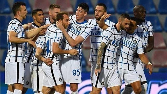 Pemain Inter Milan merayakan gol