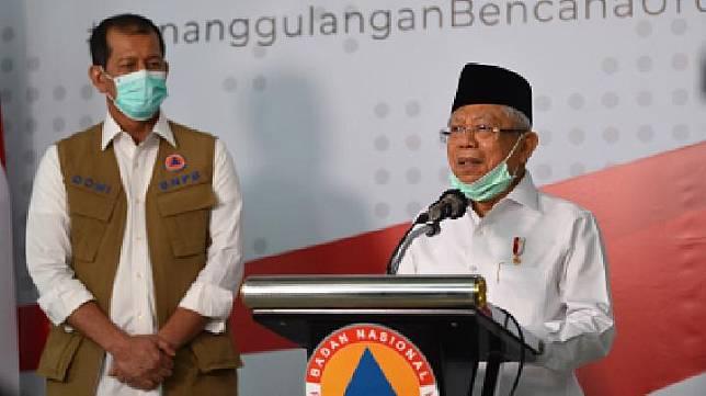Wakil Presiden Ma'ruf Amin (kanan) didampingi Kepala Badan Nasional Penanggulangan Bencana (BNPB) Doni Monardo menyampaikan keterangan kepada wartawan tentang penanganan COVID-19 di Graha BNPB, Jakarta, Senin, 23 Maret 2020. Wapres meminta Majelis Ulama Indonesia (MUI) mengeluarkan fatwa terkait jenazah pasien positif virus corona (COVID-19) yang meninggal dunia. ANTARA