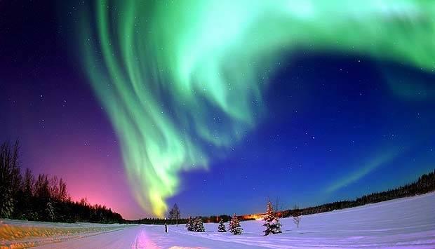 Biasa disebut cahaya utara atau nama lain dari Aurora Borealis cahaya yang biasa terdapat dalam lingkar Artik, disebabkan tabrakan dari angin matahari dan medan magnet. cahaya Aurora sangat diburu oleh para fotografer Landscape. Universal History Archive/UIG via Getty Images.