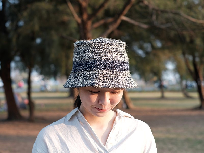 黃麻線與深藍棉線,撞色混搭而成的紳士帽。織療室的每一頂帽子都不會一樣,都有自己的名字,像是每個人都有點不同,都值得一頂獨一無二的織品。