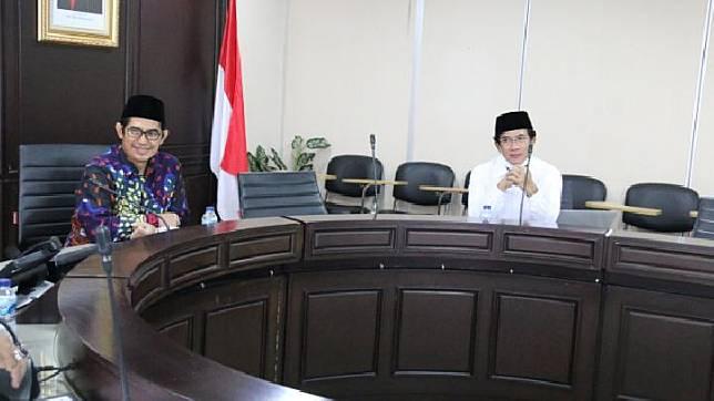 Ketua Dewan Pengawas TVRI Arief Hidayat Thamrin (kiri) dan Direktur Utama Pengganti Antarwaktu TVRI terpilih, Iman Brotoseno (kanan) melakukan rapat perdana usai pelantikan di Jakarta, Rabu, 27 Mei 2020. Istimewa