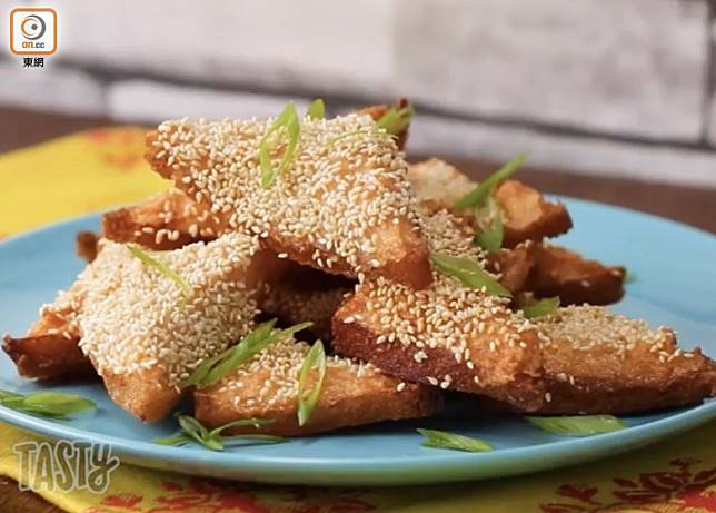 沾滿芝麻的蝦多士,入口香脆鬆化,最適合用來做小食或茶點。(互聯網)