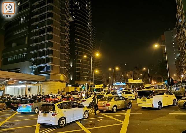 有私家車在尖沙咀廣東道堵路。(沈厚錚攝)