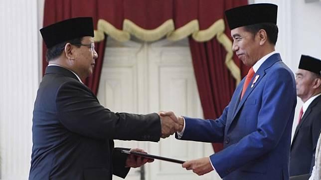 Presiden Joko Widodo menyerahkan petikan keputusan kepada calon Menteri Pertahanan Prabowo Subianto (kiri) dalam rangkaian acara pelantikan menteri Kabinet Indonesia Maju di Istana Merdeka, Jakarta, Rabu (23/10). [ANTARA FOTO/Puspa Perwitasari]