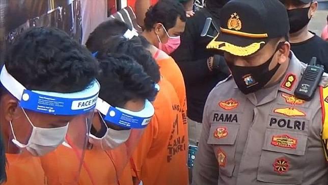 Kapolres Bangkalan AKBP Rama Samtama Putra saat ekspose kedelapan pelaku pemerkosaan. (Foto: iNews/Taufik Syahrawi)