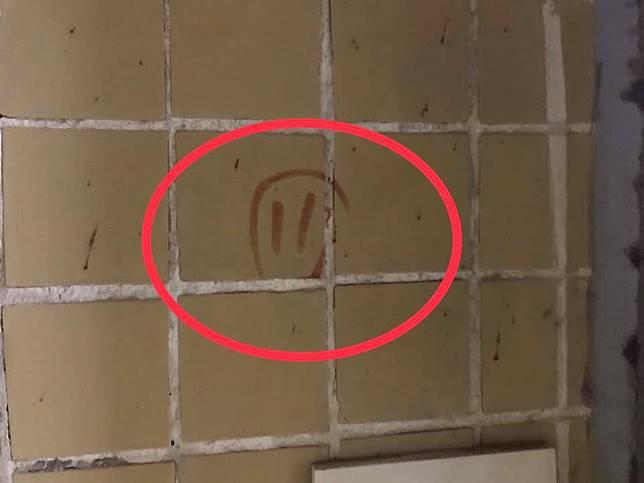 有低層住戶表示,單位門外牆壁發現寫有單位門牌的數字。黃兆健FB圖片