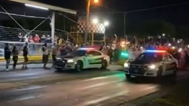 Polisi ikut balap mobil. (Youtube/WFAA)