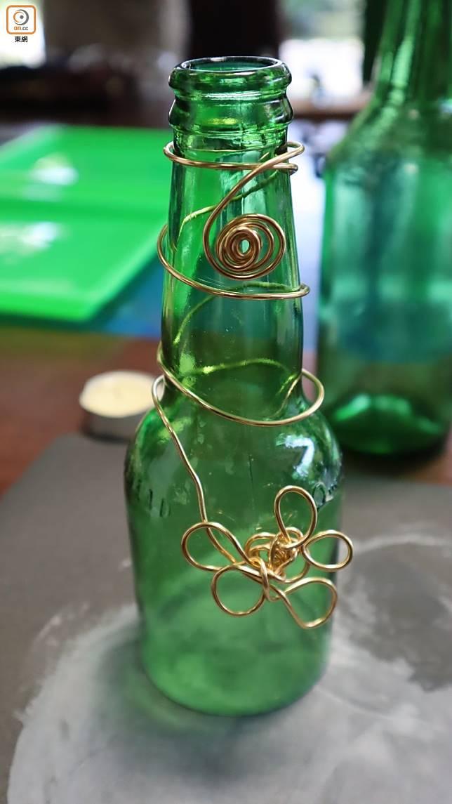 過當套上已屈出扭花形圖案的銅線,手作玻璃飾品又真是頗漂亮。(劉達衡攝)