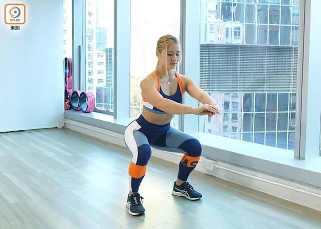 Squat:第一個教大家做的動作是Squat深蹲,這動作會做4組,每組做12~15下。(胡振文攝)