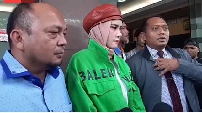 Angel Lelga bersama pengacaranya usai mendatangi Polda Metro Jaya, Senin (9/12/2019). [Yuliani/Suara.com]