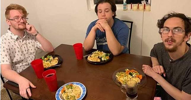 4個男友每晚「輪流陪睡」 20歲女懷孕大家超嗨:我們當爸了