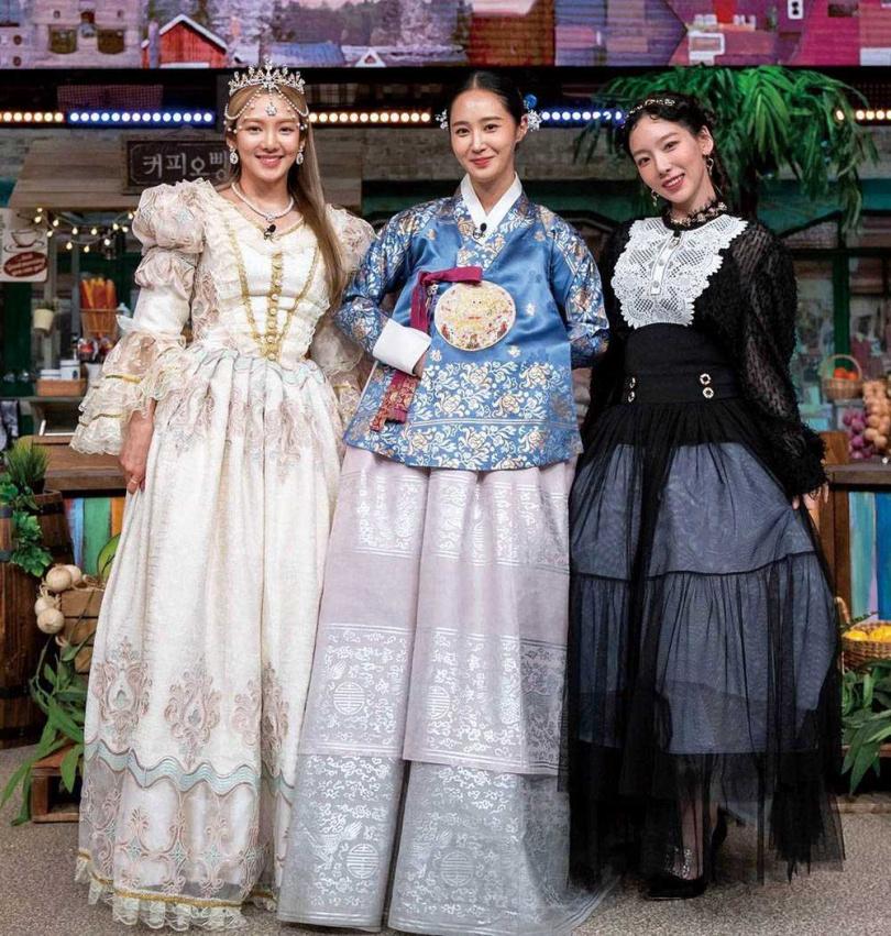 俞利(中)身穿韓服登上太妍(右)主持的綜藝節目《驚人的星期六》宣傳新戲,孝淵(左)也換上公主裝陪同亮相。(圖/翻攝自俞利IG)