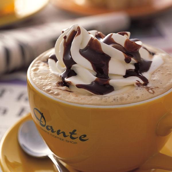 採用100%阿拉比卡咖啡豆,加入頂級濃純的鮮奶,裝飾鮮奶油及巧克力醬,獨具巧克力香的花式咖啡。