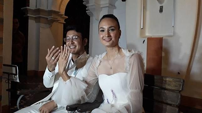 Nadine Chandrawinata dan Dimas Anggara usai menggelar resepsi pernikahan kedua di Jakarta, Minggu (15/7/2018). [Suara.com/Ismail]