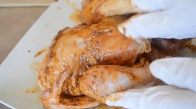雞隻每一部分都要抹上醃料,連肚內都不能放過。(互聯網)