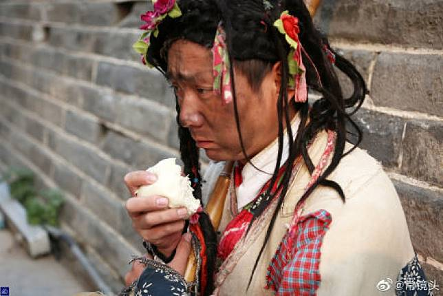 ▲中國大陸一名男子不顧家人反對,「自願當乞丐」。(圖/翻攝自常鏡頭微博)