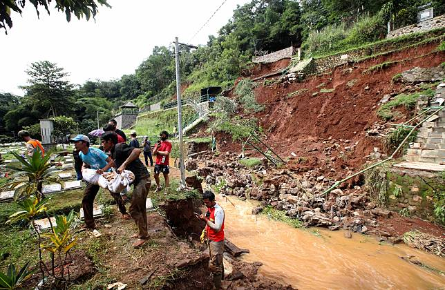 Sebagian Jenazah TPU Cikutra Bandung yang Hanyut di Sungai Akibat Longsor Masih Dicari
