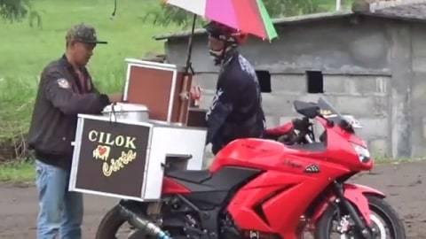Viral Penjual Cilok Keliling Pakai Motor Sport, Bikin Netizen Salut