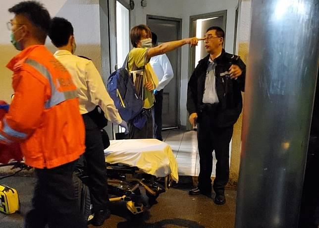 其中一名九巴車長(右二)遇襲受傷,左手經包紮治療。