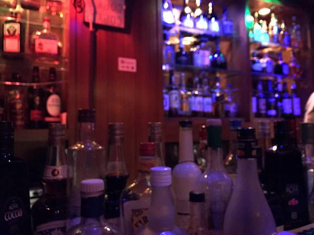 บาร์สำหรับผู้ที่มาคนเดียว เหมือนโดดเดี่ยวแต่อบอุ่น
