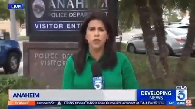 Foto yang diambil dari video viral reporter TV yang meminta keterangan dari pria yang sudah tewas.[Twitter Yashar Ali/@yashar]