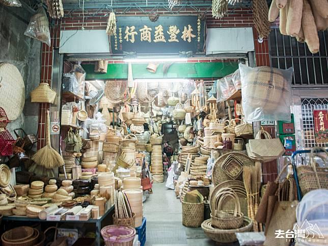 台北大稻埕有不少有味道的老店家,賣雜貨、乾貨、海味,果乾,是有特色的伴手禮。