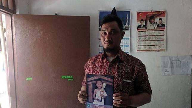 Supriyadi, Paman yang menggendong jenazah keponakan di Puskesmas Cikokol, Tangerang ((KOMPAS.COM/JIMMY RAMADHAN AZHARI))