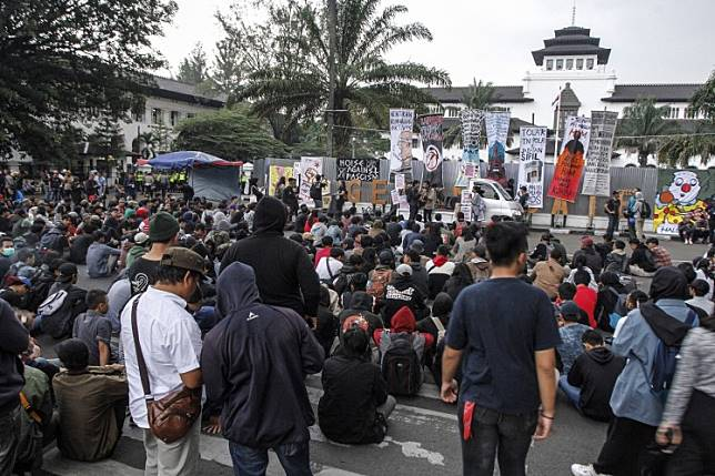 Hundreds of protesters rally on Jl. Diponegoro in Bandung, West Java on Oct. 17.