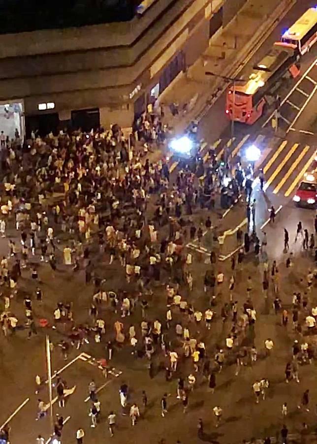 警方拘捕2名少年後,數百名街坊在路中聚集。(互聯網)