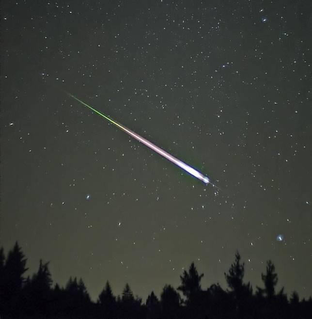 Ilustrasi meteor di langit malam.