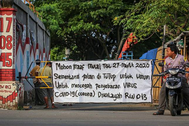 Residents in Kalideres, West Jakarta, close road access into their kampung on Saturday as an initiative to curb the spread of COVID-19.