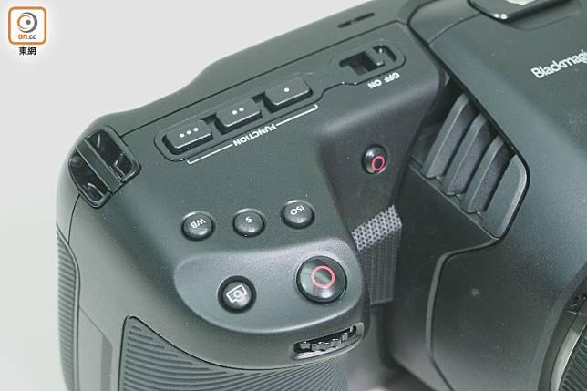 ISO、白平衡及快門掣等設於機頂右側,下方更設有光圈滾輪,方便單手操控。(莫文俊攝)